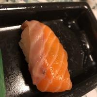 お寿司を食べていたら、サーモンのすじ(?)に黒い汚れみたいなものがありました。 これってなんですか?