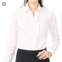 私立大学の入学式の服装について…医療福祉の学科で、人数がすごく少ないです(男女比はわかりませんが、女性が多いと思います)。 青山で、ストライプの入った黒のスーツに、ピンク色の、図のようなブラウスを母が買ってくれました。一番上のボタンはなく、開襟しています。 入学式って、カラーのブラウスを着てもよいのでしょうか?