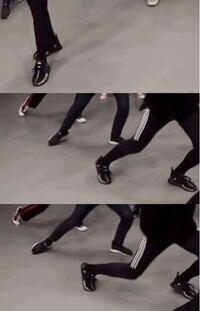 手前のadidasのパンツを履いている人の靴はどこのブランドのものですか? #SEVENTEEN #ミンギュ #セブチ #NIKE #adidas #YEEZY