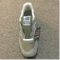 靴のタンの部分にあるタグはとりますか? 画像によくにたニューバランスの靴を買いましたが、タグが気になります。 とってはいけないのでしょうか?