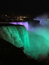 【ナイアガラの滝について。】 アメリカ側から見るよりもカナダ側から見た方が良いのでしょうか?  ホテルに到着しチェックイン時に、「夜でライトアップされているナイアガラの滝を見てきたら?徒歩5分で着くわ...