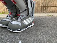 スノーボードブーツについて。 合宿で雪の残った道を歩きます。山です。 そこでスノーブーツを持っていかなきゃいけないのですがスノーボードブーツしかありません。 スノーボードブーツでは雪の山は歩けませんか?