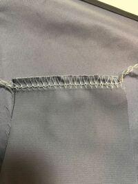 ロックミシンの糸調子について、裏側がこうなるのですがどこの糸調子をいじればいいですか? 2本針4本糸ロックミシンです。どちらかの針糸だとは思うのですが、どちらかをきつくしてみてもあまりかわりがありませ...