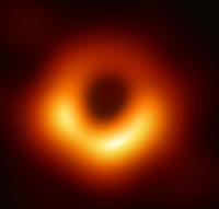 【大喜利】 ブラックホールの影の撮影に成功! と、何か騒いでるけど、それがあのピンボケ「カラー」映像じゃあ、ねえ・・・。 申し訳ないが、何が何やら。(-.-)y-~  あんなものより、もっとすごいブラックホール...