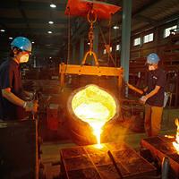 汗くさい時に女性と隣り合わせになりそうな場合で質問です。  私の勤めている会社は、金属を溶かして型に流し込んで製品を作る鋳物製造業です。  現場での作業は写真のように高温です。 これからはだんだんと...
