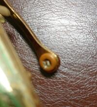 吹奏楽部で、アルトサックスを吹いてます!!  掃除してるときに気付いたんですけど、オクターブキーのタンポが少し破れていたんです。 演奏には問題無いんですけど、これは修理に出した方が良いですか?? 写...