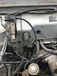 ジムニーSJ30について。 エンジンルーム、インパネ側のこの黒いチューブのようなゴムの部分から泥と水が出てきたのですがこれはなんという部分でしょうか?  出てきて何か問題などありますか?  至急お願いします。