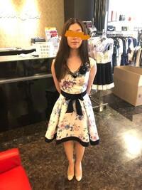 結婚式のドレス 20代後半女性です。 友人の結婚式に着ていくドレスを探していてこの間購入したのですが、改めてマナーを調べていてこのドレスでいいのか不安になりました。 これを着ていって大丈夫でしょうか?...