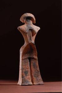 土偶、縄文時代に詳しい方、この土偶は何という名前ですか? このスタイリッシュな土偶です。  授業で「縄文のヴィーナス(縄文のビーナス、縄文の女神)」と習った気がするのですが、Wikipediaでは縄文のヴィー...