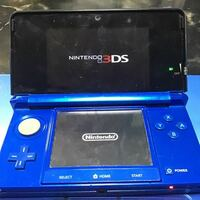 Nintendo 3DS コバルトブルー です。 こちら奇跡的に確率機で4回400円で取れたのですが、その時ポケモンホワイト2がついてたんですよね。関係ないけど。 こちらの3DS 中古品って感じでもなかったのですが使ってみ...