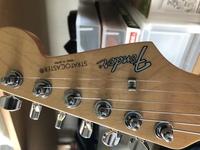 先日中古でギターを購入したのですが、ロゴ、シリアルナンバーのところにステッカーが貼ってありました これは偽物ということなのでしょうか? 詳しい方回答をお願い致します