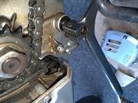 GN125 2F バイクの配線について。 お世話になります。gn125に乗っております。フロントスプロケット交換の際に配線の樹脂?とみられる黒の部分を割ってしまいました。割れた部分にはゴムのパッ キンと見られる部...