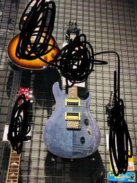 エレキギターのギブソン テレキャスターについて教えてください。 テレキャスは弾くとこについてるのがまっすぐになってるなのはわかります!  写真のような柄のエレキギターはなんて検索すれば出てきますか?