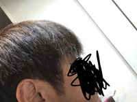 理容師さん美容師さんに質問です。 いつもカットしてる店が休みでしたが、カットしなくてはならない用事が出来ました。 仕方ないので初めての理容室に軽く切ってもらうように「前髪毛先だけ切 って横と後ろの方をすいて襟足短くして下さい」 「横の方少し短めで」と頼んだところ バリカンで刈り上げ初めました。 店の人に「なぜ刈り上げしたんですか?」とクレーム「これは刈り上げじゃないです」と言われま...