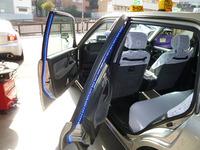 タクシーでよく見るカーテシランプ って自分でつけるしかないのですか? ディーラーとかでつけてくれますか?