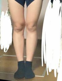 私の足を友達に撮ってもらいました。 O脚やX脚やXO脚などいろいろありますが、私の場合 何脚なのでしょうか?  あと、浮腫んでいるように見えますか?