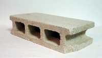 コンクリートブロックを横にして使用したときの強度について教えてください。  当方、建築関係素人です。 通常、コンクリートブロックは縦にして積み重ねたうえ鉄筋などを入れてブロック塀などに使用しますが、...
