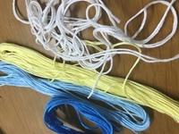 刺繍糸汚くてすみません 彼氏にミサンガを作ってあげようと思ってるのですが、色がピンクか黄色か水色で作って欲しいと頼まれました。黄色と水色は必須みたいでこの4色でも変ではないでしょう か?この水色と黄色に合う色って何がありますか??