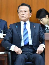 スーツの穴 安倍総理を初め、麻生さんや菅さんなど多くの方が議員章とブルーリボンバッジを付けていますが、普段、穴が空いていないところにどうやってつけているのでしょうか? 自らで空けてるとか、特注品なん...