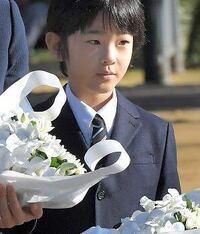 この写真の男児は秋篠宮悠仁様に間違いないでしょうか?  なんか現在のお顔とちょっと違うような気がするのですが……?成長の過程で顔つきが変わったのでしょうか?