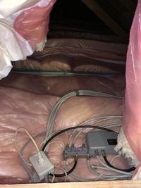 断熱材からの火災のおそれについて  天井裏を確認したところ、断熱材のうえにコンセントや機械類が置いてある状態でした。 素人目には火災になるリスクがあるように思えますが、この状態は問題のない一般的な状...