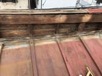 質問させてください。 かなり古い建物の屋根の雨漏り補修についてです。現在トタンで(波トタンではない)、 多数の箇所で破損及び剥がれがあり、依頼主から安く仕上げてくれとの事でたのまれて おります。 そこ...