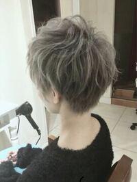 この髪色って何色って言うんですかね? あと、この色にするためには何回ブリーチが必要でいくらくらい必要ですか? 美容師の方お願いします!