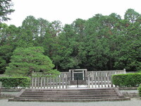 天皇陵の墓って我々の考えている様な墓石の下に骨が収納されていると言う訳ではないのですか? 本日、京都山科 天智天皇陵に行きましたが単に囲いが有るだけで何も無いです。これはどういう事なのでしょうか? ま...