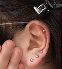 右耳たぶに3連とヘリックスあけました。 左は耳たぶに1つです。 バランス大丈夫な感じですか?