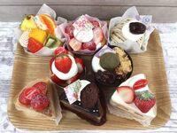 ケーキどれが食べたいですか? 1個じゃ足りないなら2個まで選んで良いです。  当方は 真ん中の列の左側の苺ケーキと、 下の列の右側の苺ケーキ