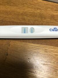 妊娠について 生理が1週間4日こなく、コップを使用しそこに妊娠検査薬を20秒尿に浸すとの事で浸してたら20秒する前にもう陽性反応が出て20秒経って妊娠検査薬を真っ直ぐにおいてみたらより濃く線が出てきました。...