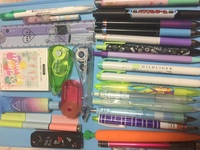 中1女子です!! 私どうしても筆箱の中身が減りません 全部必要なんですよww日に日に量が増えてる気がしますw筆箱を買うのはお金かかるので小さい筆箱に変えるって言うアドバイス以外でお願いし ます!結構厳しめなアドバイスで構いませんw私の筆箱の中身は⤵︎ ︎  暗記用マーカー(教科書に線引いてテスト勉強に使ってます。) 定規 メモ帳 はさみ(よくプリントを貼る時に大きさが合わないので...