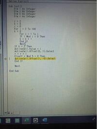 vbaで以下のコードを試すと「アプリケーション定義またはオブジェクト定義のエラーです。」と表示されて困っています。 内容は100までの素数を5×5の表にまとめるものです。  どなたか詳しい方、どうかよろしくお願いします。