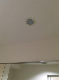 洗面所の電球が切れたのですが、カバーの開け方がわからず困っています。 このタイプの蓋はどうやってあければいいのでしょうか?