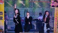 以下は1987年のTBS「だぅもありかと!」で、中森明菜さんが杏里さん、研ナオコさんと共演した時の映像です。 とても楽しそうで良いですね!  「オリビアを聴きながら」→「キャッツ・アイ」→「悲しみが止まらない」 https://www.youtube.com/watch?v=T64TKVvaXRc  他に、明菜さんと他の歌手との歌の共演(歌以外の共演は除く)で、皆様がお気に入りの共演が有れば...