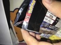ポケモンカードのパックについての質問です。 先日購入したポケカのパックに黒いテープのようなものが付いていました。 試しに開封してみたところ、中まで黒いテープが貼られていました。 な ぜこのようなことが起きたのか分かる方教えてください。