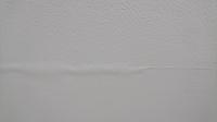 〜住宅のクロス 壁紙について〜  天井のクロスを業者に頼んで張り替えました。 一年経ってふと気が付きましたが、うっすらとシミが浮き上がった箇所があります。光の加減で見える位です。張 り替えの際、古いクロスの剥がしは自身で行いました。剥がしムラは有りますので、プロ目線からの多少の凹凸は致し方ありません。張り替えリフォームの際に、同じ箇所に古いシミが在ったか否かは覚えていません。張り替えの...