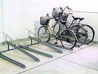 アパートの駐輪場についてです。 私は現在学生です。そして毎日自転車で通学するのでアパートの部屋を借りる際に駐輪場も毎月500円で場所を借りました。 その駐輪場は画像の様なタイプで私は低い所で停めるように...