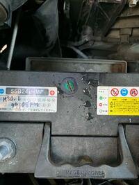 カーバッテリーについて質問があります。 今韓国製のバッテリー(STARTER カルシウムプレミアムバッテリー55B 24L-MF)が車に備え付けられているのですが、インジケーターの見方が調べてもわかりません。  上から見...