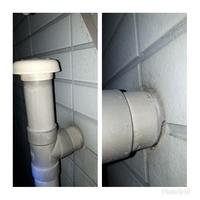 外壁に出ている排水管と壁の付け根のコーキングが痛んでいるのでコ-キングで修復したいと思います。 痛んでいるのを外して付ける方がよいか、上から塗るだけでよいか教えてください。よろしく お願いします。
