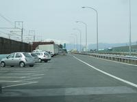 名神高速道路の羽島PAは下り線しかなく、トイレと自販機だけのPAです。 本線とJR東海道新幹線の間にあり、細長い形になっています。 で、何故上り線はないのですか?