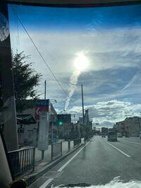 これは地震雲ですか?? それとも飛行機雲ですか?