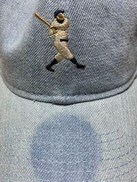 ニューエラの帽子についてです! 先日購入した新品のニューエラの帽子のシールを外したところ、写真のような跡が付いていました…  どのようにすればとれますか? 教えてください!