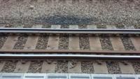 線路の脇についている物は、何ですか?直線の線路に付いています。