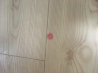 ダイニングテーブルの脚のネジ跡が1年前から赤くなっています。 写真の通りですが、この赤色を消す方法はないでしょうか?  アルコール消毒やメラニンスポンジで拭いても消えないので困っております。