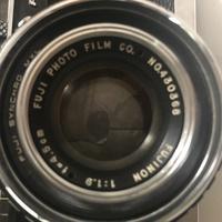 フィルムカメラ初心者です。  フィルムカメラを始めたく買ったはいいものの構造や設定が全くわかりません。  ただ大体の操作は調べて撮れる所までいったのですが  いざシャッターを切るだ けとなった時に  レンズ?が閉まってるように見えて 全部真っ暗になってしまうのではないかと不安です。 ただファインダー?とゆう所は問題ないです。 (画像分かりずらくて申し訳ございません。)...