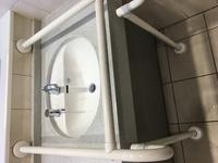 商業施設や公共施設のトイレでよく見かける、添付画像のような手洗い場はどんな目的がありますか? 手洗い場の周りが、このように囲まれているもののことです。