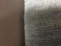 マンションの床(1階)を張り替えたいです。 現在写真の様にカーペットが貼ってあります。 単純に剥いで新しい床材(ホームセンターに売ってあるフローリング材等)を貼るだけで出来るものでしょうか?