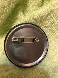 缶バッジの錆を取ろうとしたら、磨いたあとが出てしまった+サビが取れませんでした。 メルカリで売れてしまっていて、包装しているときに気づいて、サビ取りを使ったのですが、磨いたあとが出てしまいました... 直せませんか? やっぱり謝って出品キャンセルした方がいいですよね...