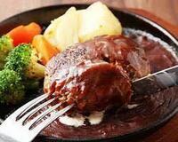 家でハンバーグ食べる時、ナイフ使います? 自分は気取って、たまに使います。ナイフ&フォークってやつ。 大抵は箸ですが・・・